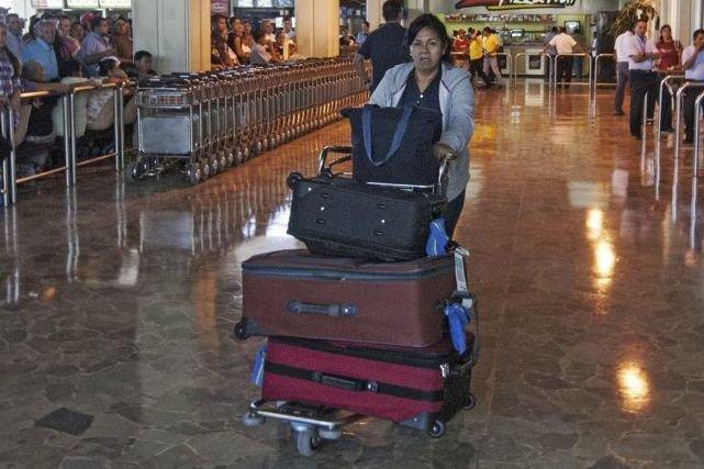 Une femme à l'aéroport de Comalapa, au Salvador.... (PHOTO JUAN CARLOS, AFP)
