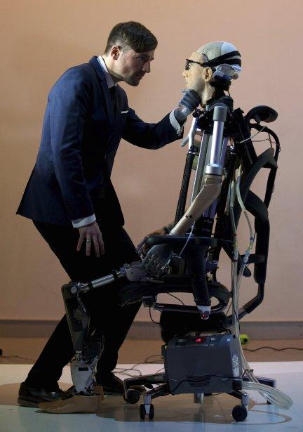 Le chercheur suisse Bertolt Meyer, lui-même porteur depuis l'enfance d'une prothèse myoélectrique, examine Rex, le premier homme bionique, dévoilé le 5 février au Musée des sciences de Londres. L'androïde, construit au coût d'un millions de dollars américains, est doté de poumons artificiels, d'un système de circulation sanguine avec sang synthétique, d'un pancréas, de reins et d'une trachée. Rex sera exposé au public à compter du 7 février. | 5 février 2013