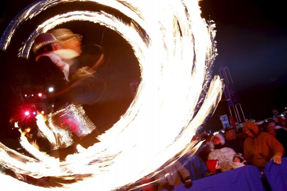 La foule a eu droit à des feux d'artifice ainsi qu'à des acrobates qui jonglaient avec le feu au rythme de la musique de D.J.  (1er février) | 5 février 2013