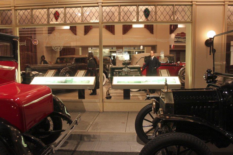 Le musée Petersen recrée l'histoire de l'automobile en présentant les voitures dans un décor de leur époque comme cette reconstitution dun concessionnaire du temps. (Photo Jacques Duval, collaboration spéciale)