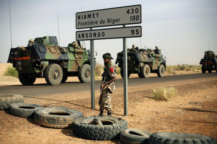 Des véhicules militaires français sur le chemin de... (Photo Jerome Delay, AP)