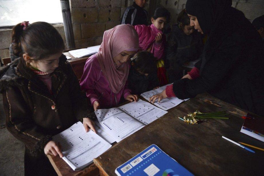 Une école de fortune à Jabal al-Turkman, au nord de la Syrie, permet aux enfants déplacés de continuer à s'instruire. | 6 février 2013