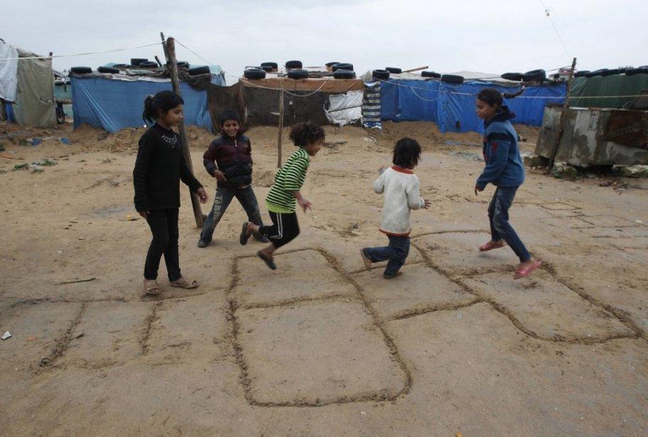 Des enfants syriens jouent dans un camp de réfugiés au Liban, où plus de 200 000 Syriens se sont installés depuis le début du conflit. | 6 février 2013
