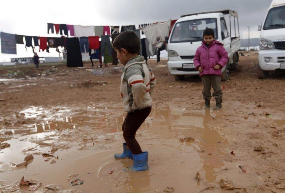 Des enfants syriens jouent dans un camp de réfugiés près de la frontière turque. | 6 février 2013