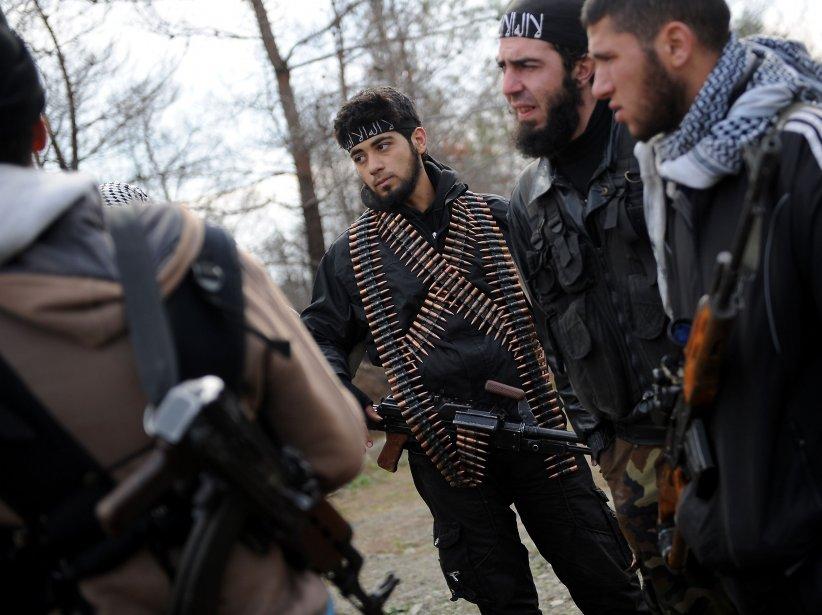 Des rebelles syriens se rassemblent avant de prendre position sur la montagne Jabal al-Turkman dans la province de Lattaquié, en Syrie. | 6 février 2013