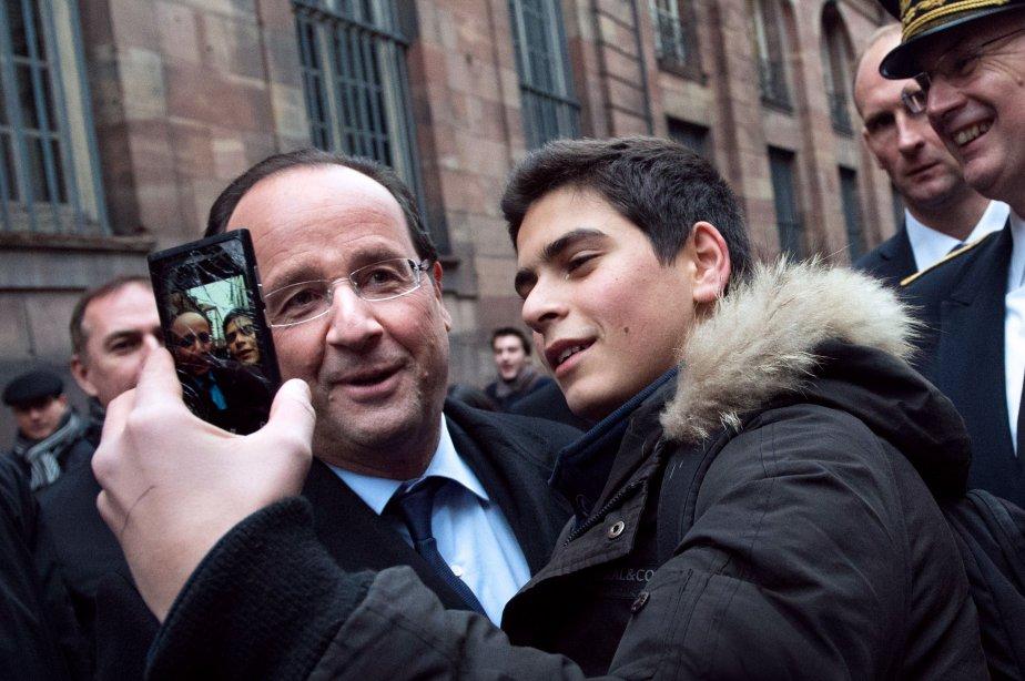 Le président de la République française, François Hollande (à gauche) pose pour une photo devant la mairie de la ville de Strasbourg. | 6 février 2013