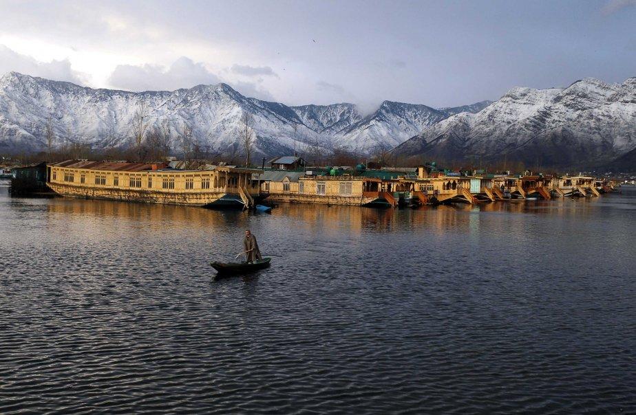 Un homme navigue sur les eaux du lac Dal par une froide soirée d'hiver à Srinagar, en Inde. | 6 février 2013