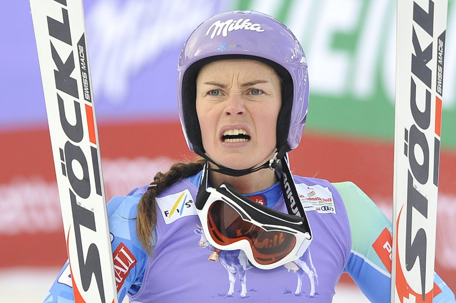 La Slovène Tina Maze regarde l'Américaine Lindsey Vonn (absente de la photo) tomber lors du super-G féminin, aux Championnats du monde de ski 2013 à Schladming, en Autriche. | 6 février 2013
