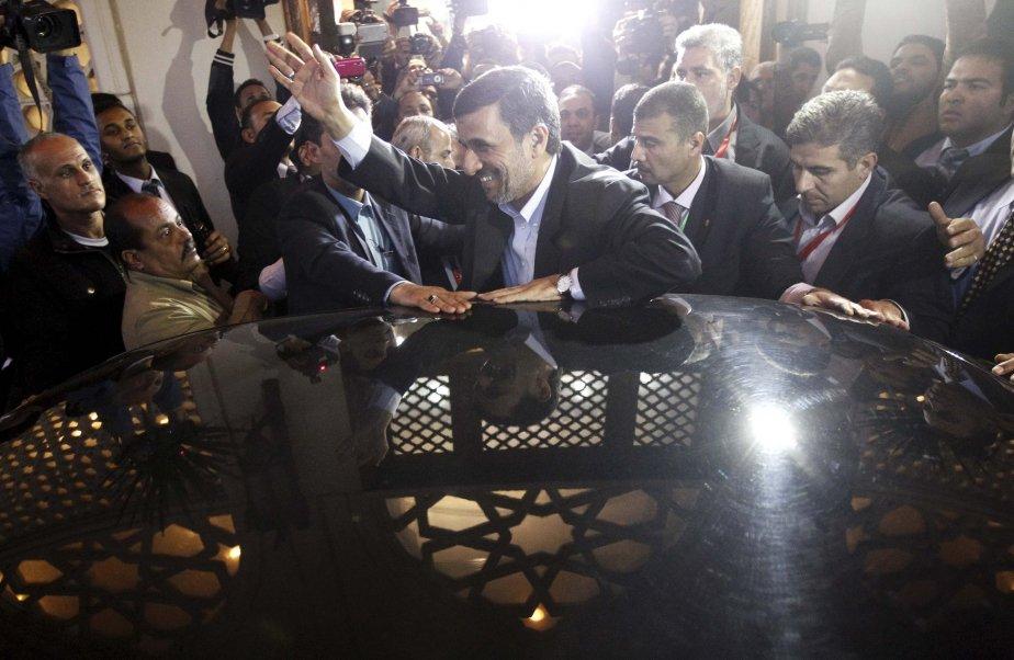 Le président iranien Mahmoud Ahmadinejad salue la foule après avoir rendu visite au cheikh Ahmed al-Tayeb à la mosquée historique de l'Université al-Azhar, au Caire. | 6 février 2013