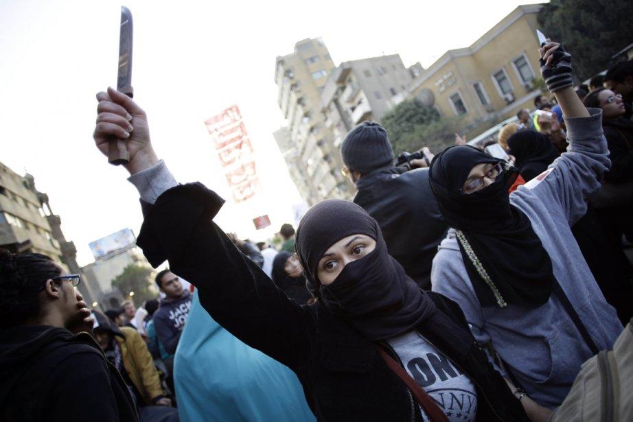 Une femme brandit un couteau pendant la manifestation... (Photo AFP)