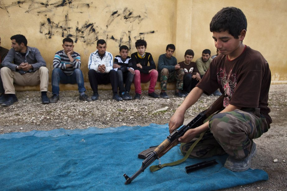 Un jeune garçon s'entraîne à manier une Kalachnikov, dans un camp d'entraînement militaire qui se déroule dans une école transformée en académie militaire. Désoeuvrés chez eux, les garçons veulent rejoindre leurs frères et pères sur les lignes de front. | 6 février 2013