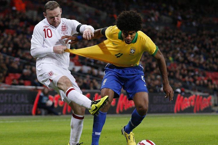 Wayne Rooney a marqué les deux buts contre... (Photo: AP)