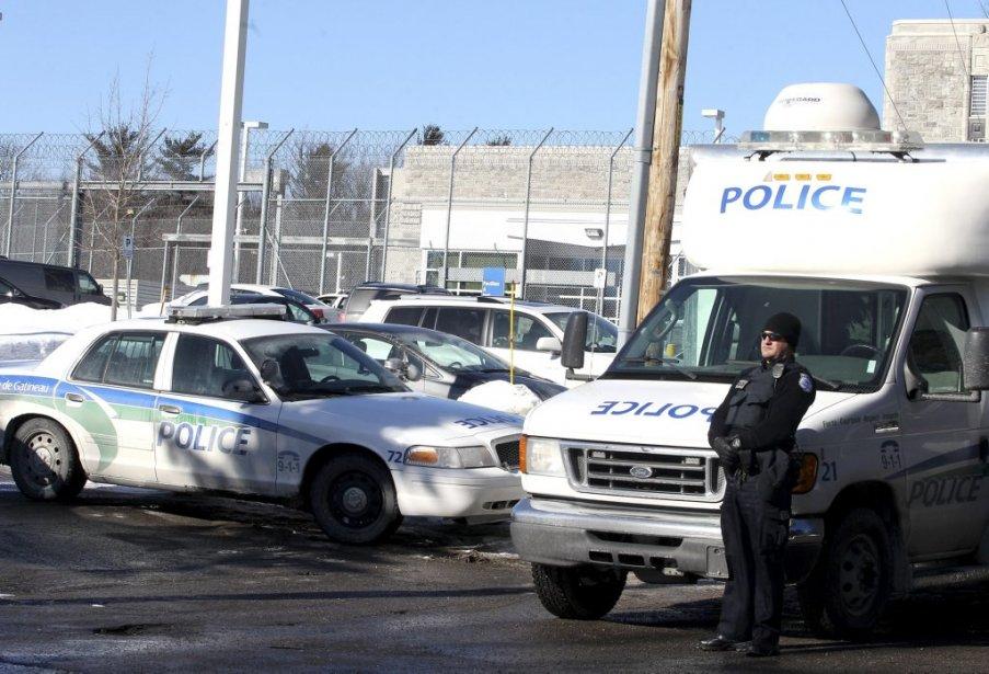Les policiers ont rapidement établi un poste de commandement, à l'extérieur de la prison. | 6 février 2013