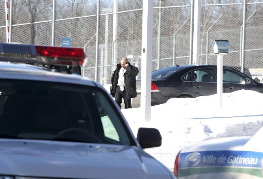 Un enquêteur discute au téléphone à l'extérieur de la prison. | 6 février 2013