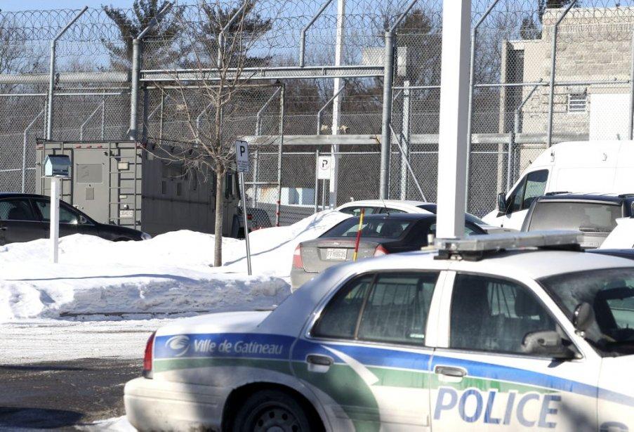Les policiers ont pris de nombreuses mesures d'urgence tout au long de la journée. Un fourgon cellulaire était stationné près de la prison. | 6 février 2013