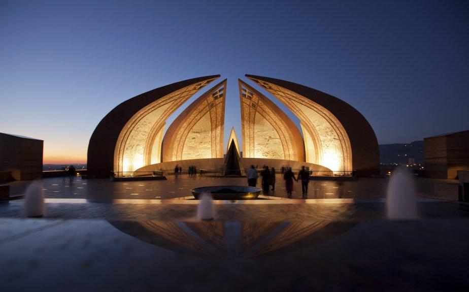 Le monument du Pakistan, inauguré en 2007 pour représenter la culture pakistanaise et dédié à ceux qui ont sacrifié leur vie pour les générations futures, lors d'un coucher de soleil à Islamabad. | 6 février 2013