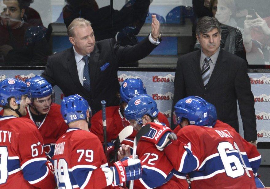 Michel Therrien discute stratégie avec ses joueurs lors d'un temps d'arrêt. | 6 février 2013