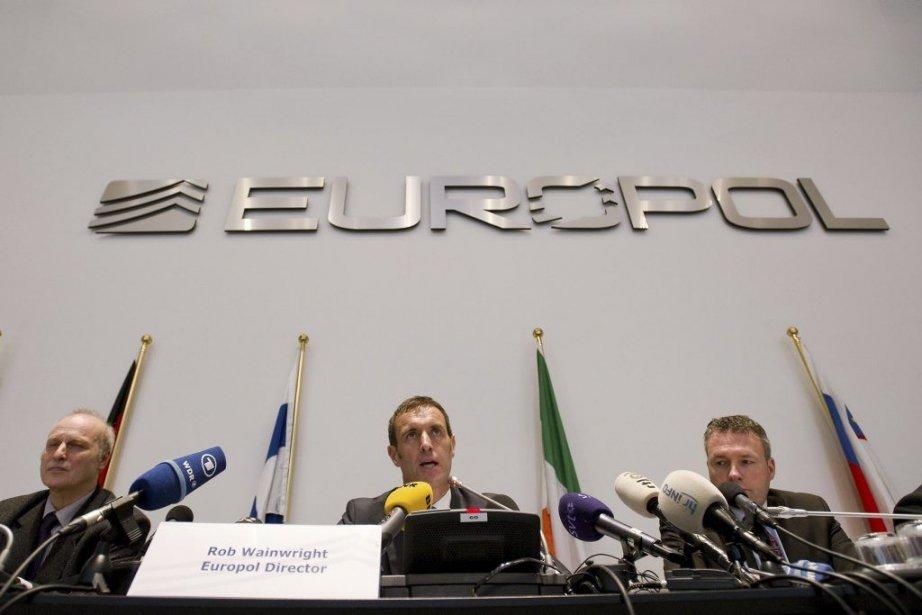 Le directeur d'Europol, Rob Wainwright (au centre), a... (ROBIN VAN LONKHUIJSEN)