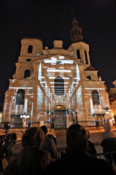 Les premiers spectateurs de LumoCité ont vu le 6 février quatre constructions architecturales de la capitale prendre vie par un froid mordant. Magnifique, superbe, à couper le souffle; les compliments fusaient de toutes parts devant la basilique-cathédrale Notre-Dame de Québec (photo), où avait lieu le coup d'envoi de l'événement «urbain illuminesque». | 7 février 2013