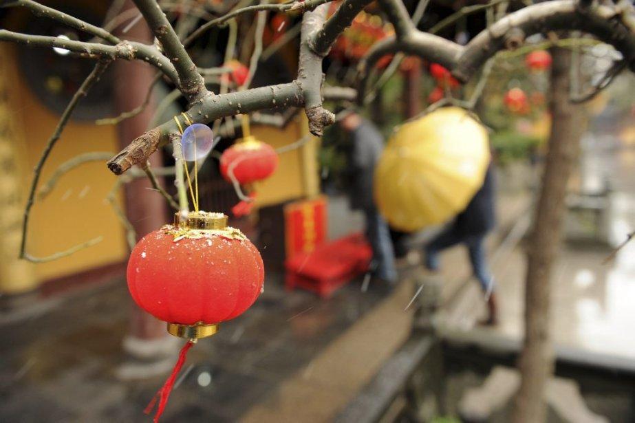 Une lanterne est attachée dans un temple de... (Photo: AFP)