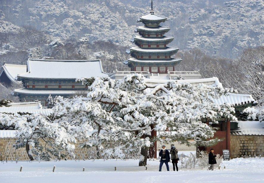 Le palais de Gyeongbuk sous la neige, au centre-ville de Séoul, en Corée du Sud. | 8 février 2013