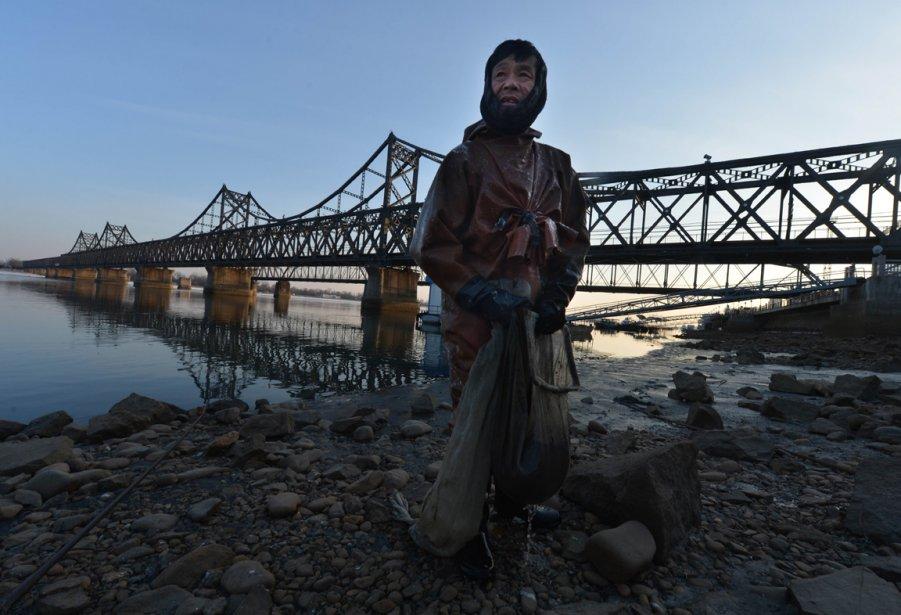 Un pêcheur chinois sur les rives de la rivière Yalu à la frontière sino-coréenne. | 8 février 2013