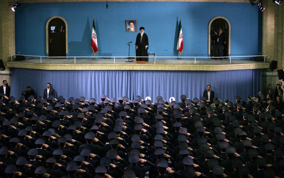 Des officiers de l'armée de l'air iranienne saluent le leader suprême l'ayatollah Ali Khamenei lors d'une réunion à Téhéran. | 8 février 2013