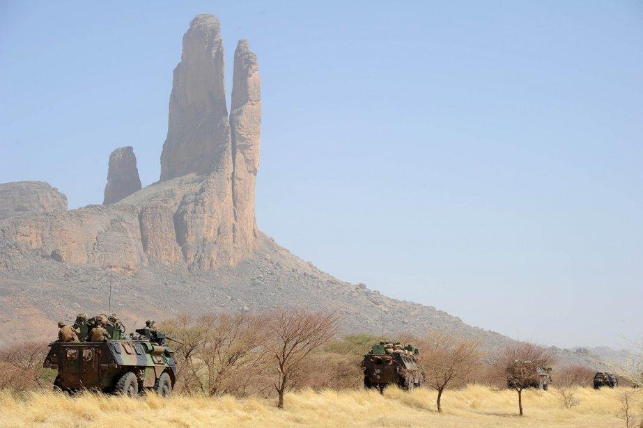 Un convoi de véhicules de l'armée française sur la route de Gossi au Mali. | 8 février 2013