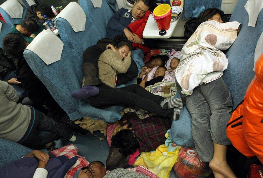 Des voyageurs s'entassent à bord de ce train faisant la liaison entre Guangzhou et Changchun, en Chine. | 8 février 2013