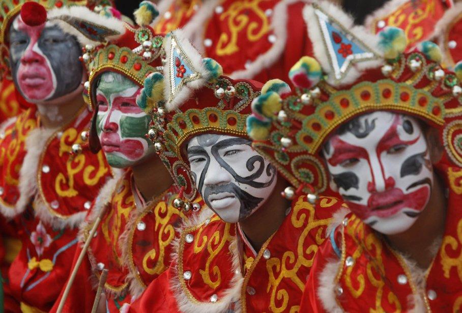 Une troupe de danseurs folkloriques à Suphanburi en Thaïlande. | 8 février 2013