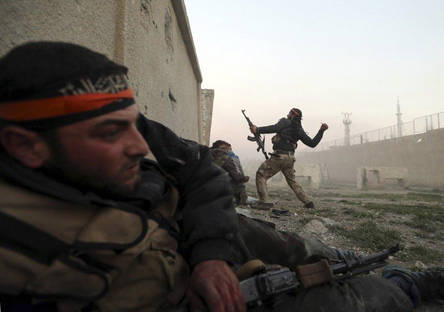 Un rebelle lance une grenade vers le camp ennemi, lors d'un affrontement avec des soldats de l'armée syrienne, à Damas. | 8 février 2013