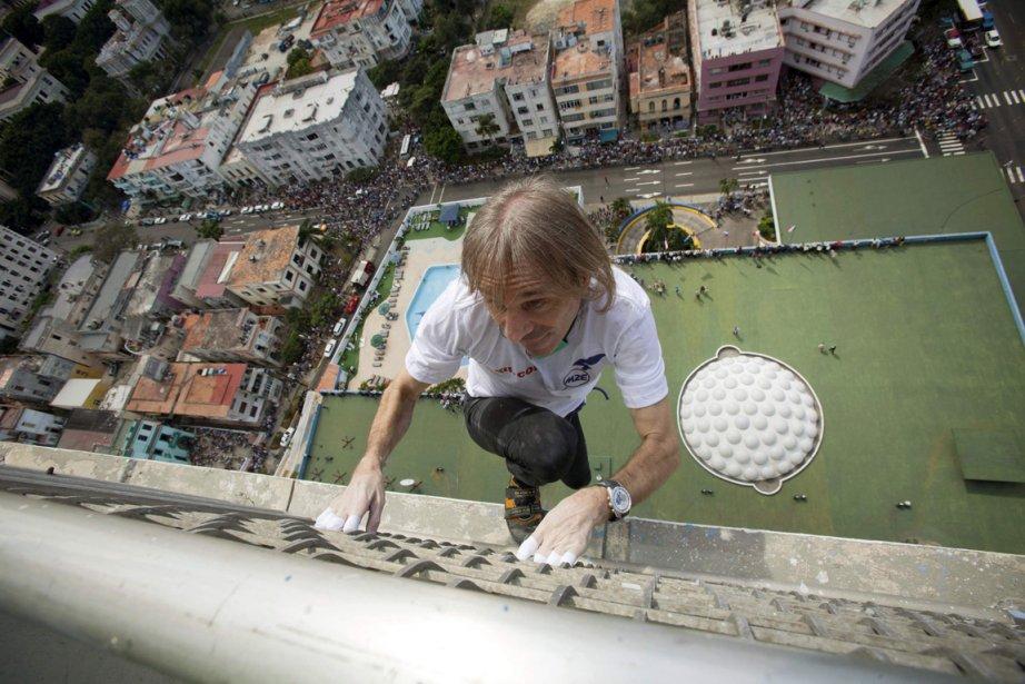 Le Français Alain Robert grimpe les 126 mètres de hauteur que compte l'hôtel Habana Libre à La Havane. | 8 février 2013