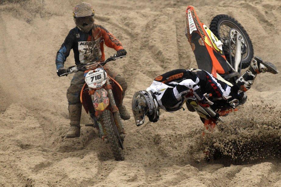 L'Autrichien Michael Staufer chute lors de l'Enduropale, une course de motocross sur la plage du Touquet, dans le nord de la France. | 8 février 2013