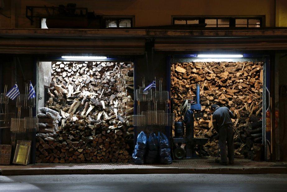 Un vendeur de bois de chauffage à Athènes. | 8 février 2013
