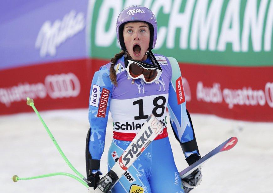 La skieuse Slovène Tina Maze réagit à la chute de sa rivale, l'Américaine Lindsey Vonn, lors de la descente du Super-G à Schladming. | 8 février 2013