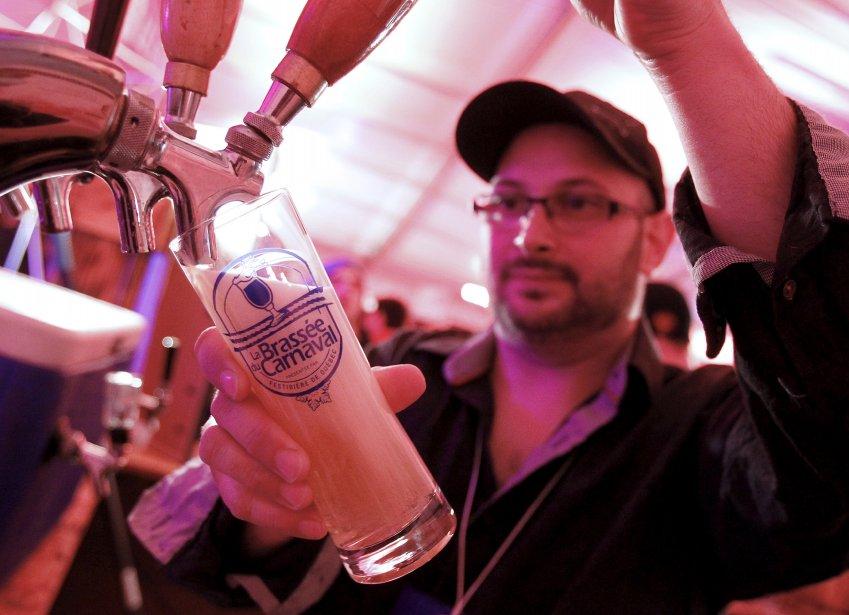 À moins 22 degrés, l'expression «prendre une p'tite frette» n'aura jamais eu autant de sens, le 7 février, lors de la première journée de la Brassée du carnaval.  L'événement est organisé par le Festibière. Quelque 30 000 amateurs sont attendus sous la tente d'ici le 10 février. Une trentaine d'exposants, dont plusieurs offrent des produits et des bières élaborés spécialement pour l'hiver. | 8 février 2013