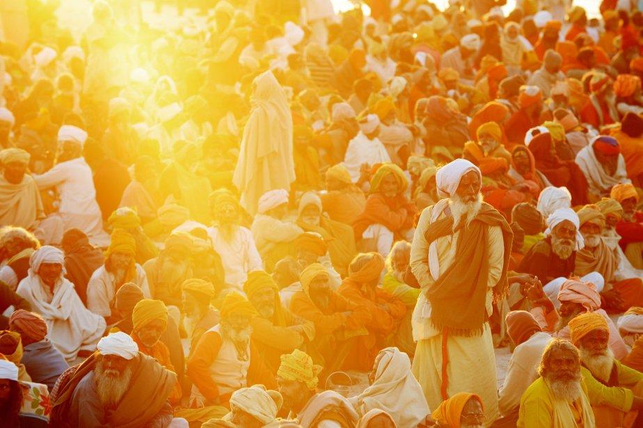 Des hindous dévoués se réunissent à l'endroit où se rejoignent les fleuves Yomuna et le Gange, en attendant de se faire servir un repas gratuit offert par un ashram pendant le festival Kumbh Mela à Allahabad. Le Kumbh Mela, qui se tient dans la ville d'Allahabad sur une période de 55 jours, accueillera jusqu'à 100 millions de fidèles venus prendre un bain rituel dans les eaux saintes, reconnu pour purifier les péchés et accorder des bénédictions. | 8 février 2013