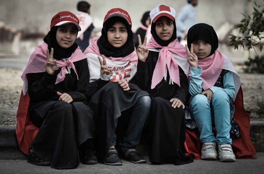 De jeunes filles du Bahrain prennent la pose pendant un rassemblement anti-gouvernement qui visait à demander des réformes, dans le village de Karannah. | 8 février 2013