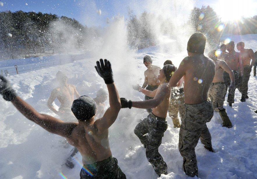 Les Marines des États-Unis et de la Corée du Sud dans la neige durant un entraînement d'hiver à Pyeongchang, 180 km à l'est de Seoul. Les Marines prennent part à ces tests d'endurance pour vérifier leurs limites dans des conditions extrêmes. | 8 février 2013