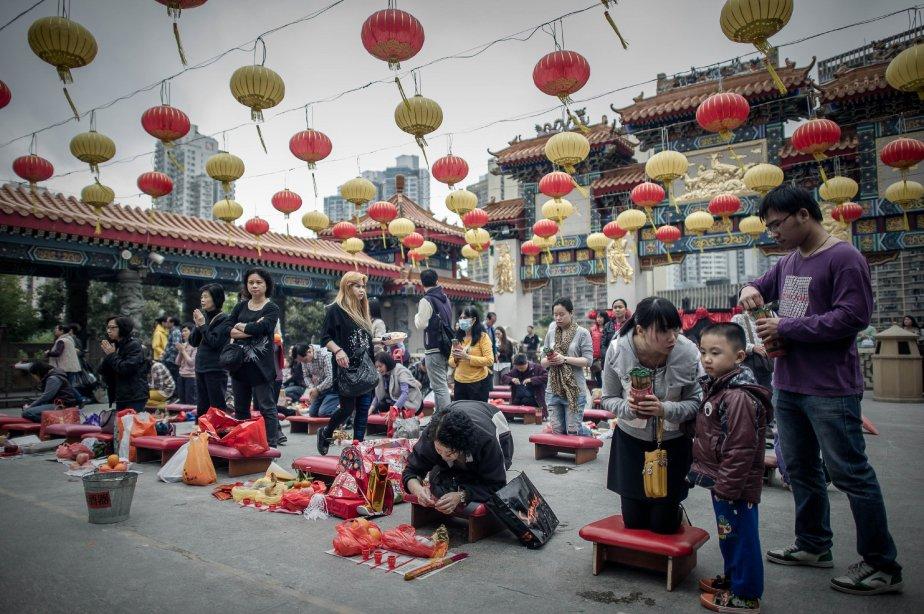 Des gens se rassemblent dans un temple taoïste de Hong... | 2013-02-08 00:00:00.000
