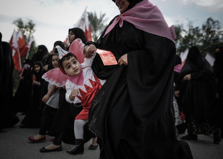 Une femme du Bahrain tient son enfant lors d'une manifestation anti-gouvernement visant à demander des réformes, le 7 février dernier, dans le village de Karannah, à l'ouest de Manama. | 8 février 2013