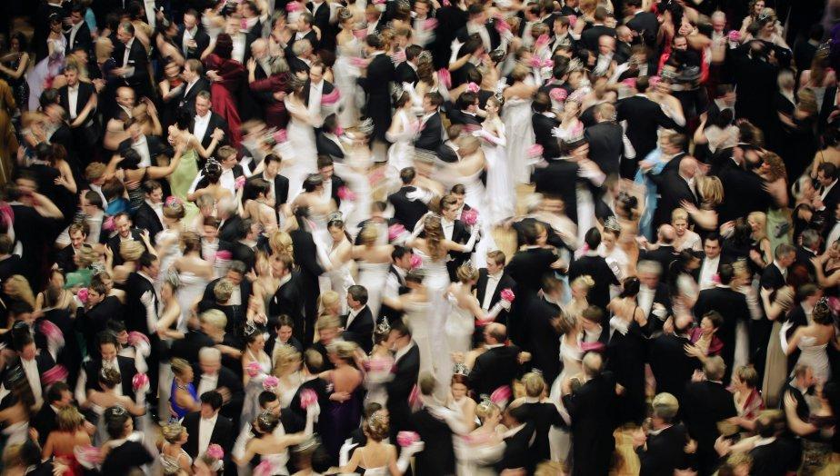 Plusieurs danseurs s'exécutent lors de l'ouverture du traditionnel Opera Ball à Vienne. Quelque 5000 visiteurs profitent de cet événement social autrichien, payant 335$ pour un billet d'entrée. | 8 février 2013