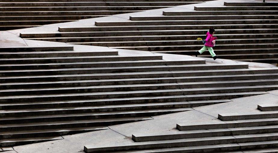 Une jeune fille court sur un ensemble de marches conçu pour accommoder les fauteuils roulants à Vancouver. | 8 février 2013