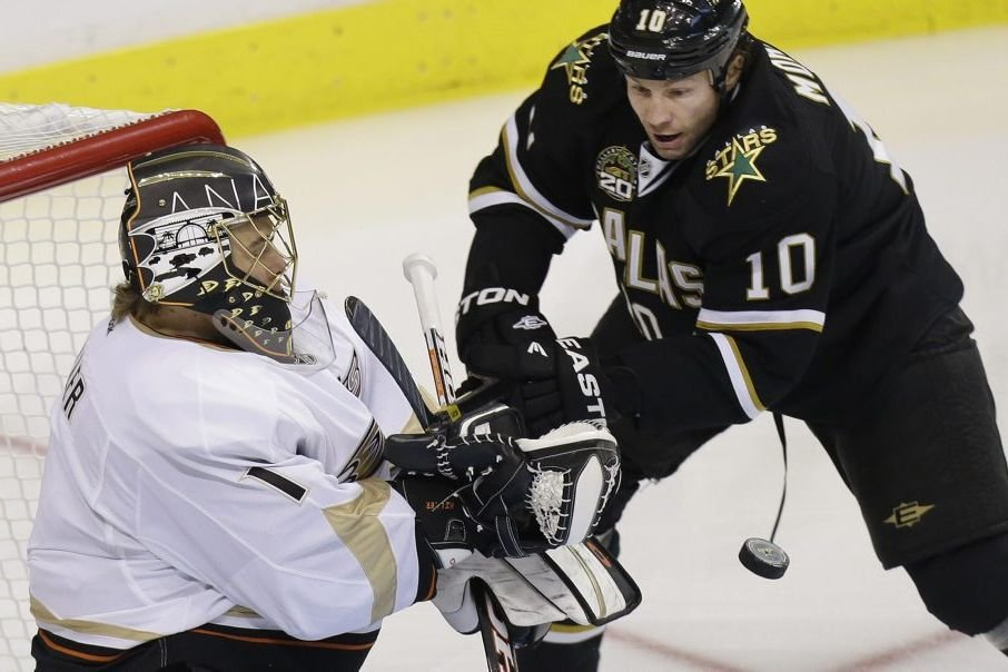 Jonas Hiller contre Brendan Morrow... (Photo Associated Press)
