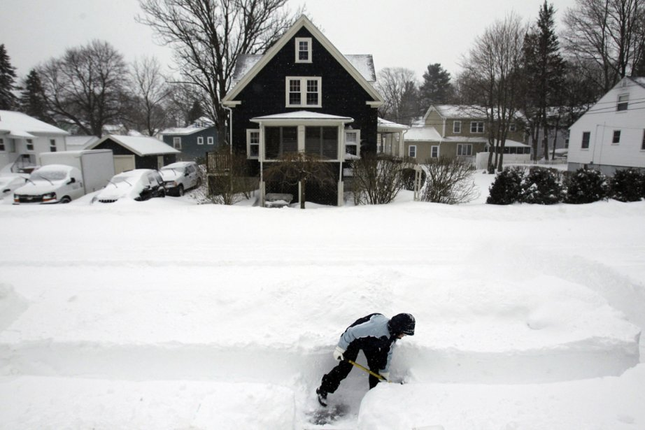 Une citoyenne de Medford, dans l'État du Massachusetts, déneige devant sa maison. | 9 février 2013