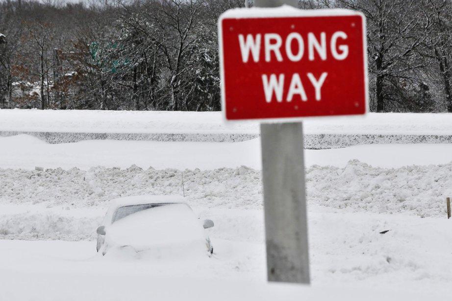 Une voiture est ensevelie sous la neige le long d'une autoroute dans le comté de Suffolk, dans l'État de New York. | 9 février 2013