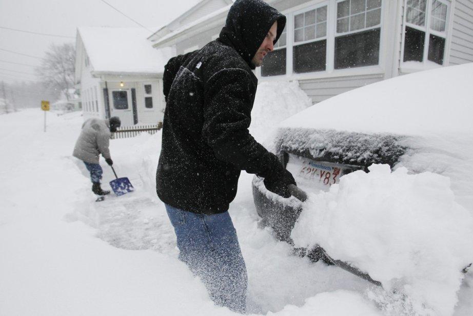 Un père et son fils s'affairent à déneiger leur entrée de maison à Medford, dans l'État du Massachusetts. | 9 février 2013