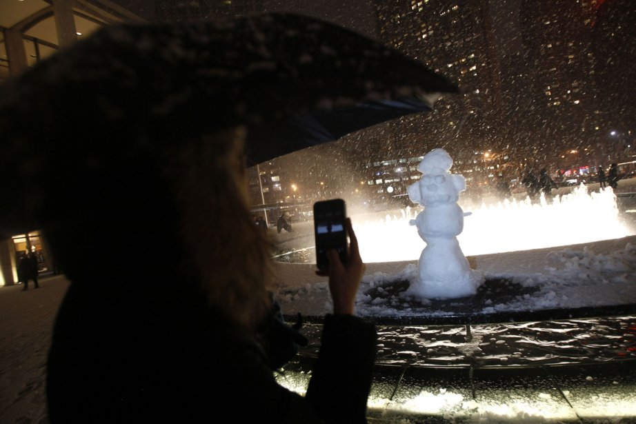 Un bonhomme de neige reçoit l'attention des passants près de la fontaine du Lincoln Center, à New York. | 9 février 2013