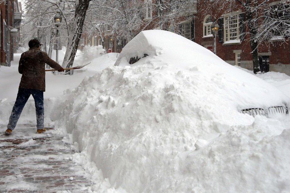 Un citoyen de Boston engloutit une voiture en déneigeant à la suite d'une chute de neige. | 9 février 2013