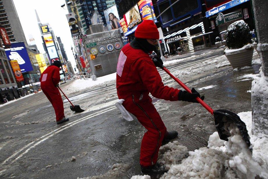 Des employés municipaux déneigent les rues de Times Square, à New York. | 9 février 2013